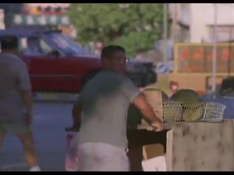 参错标城管把小贩洪金宝逼到角落,还好他是卖榴莲的,城管惹不起