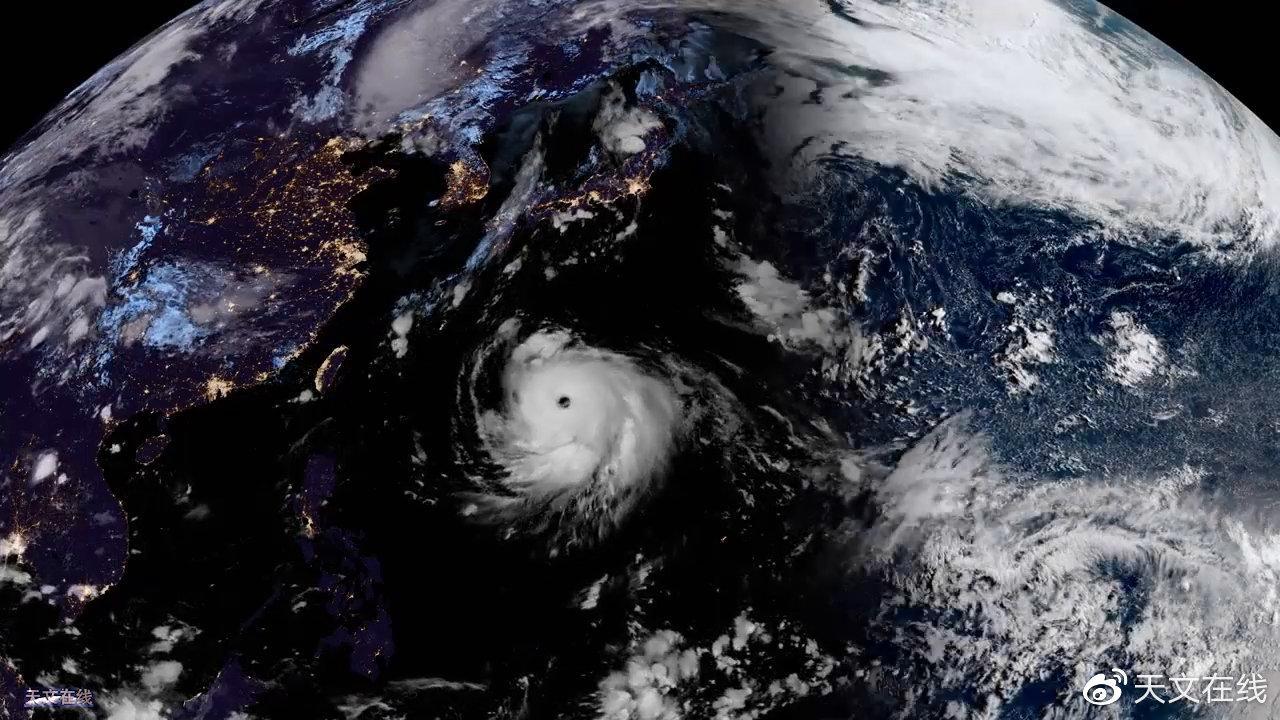 """双台风共舞,看!那是超强台风的""""眼睛"""""""
