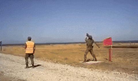 俄单兵导弹带着发射筒乱飞,这是什么原因造成?专家有个大胆假设