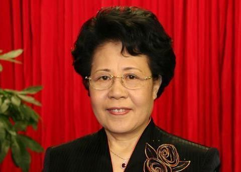 她曾任国侨办主任,温和实干,退休后参加慈善演唱会,今年79岁