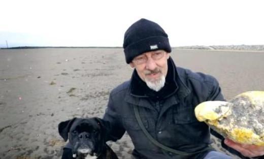 男子在海滩捡到坨黄金,做梦都没想到能捡到这么贵重的宝贝!