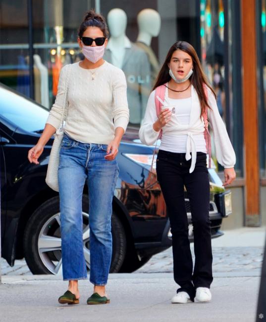 阿汤哥女儿苏瑞与母亲逛街,大长腿瞩目,14岁女儿长得像爸爸