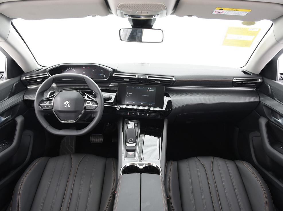 异域风情法系中轿,轴距近2米9,标配行人保护,211匹马力配8AT