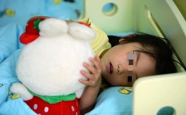 女儿在家不睡午觉,在幼儿园老师却说很乖,看到被子妈妈很心疼