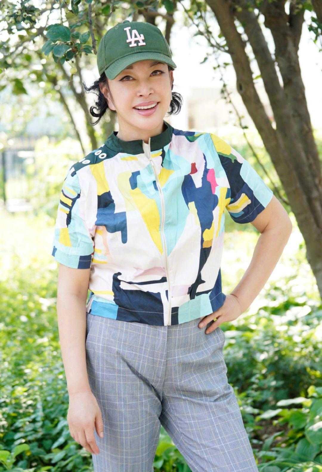 刘晓庆保养得真好,穿彩色衣配条纹裤看不出年龄感,大妈该学学