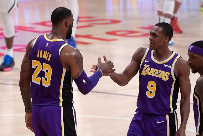 NBA西部半决赛第三场交锋,洛杉矶湖人队大胜火箭队