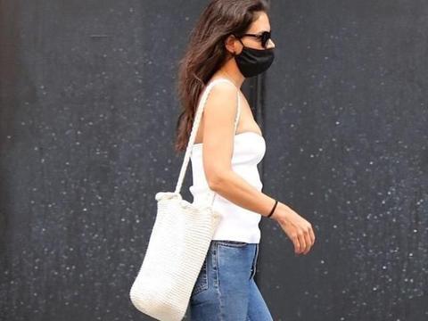 凯蒂·赫尔姆斯穿白色上衣搭牛仔裤简约休闲,配小白鞋轻松舒适