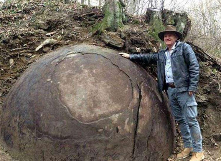 深林里发现巨大石球,男子上报相关部门,专家说这是好宝贝