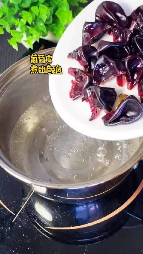 上次做的青葡萄撞奶味道不错,今天试试紫葡萄撞奶……