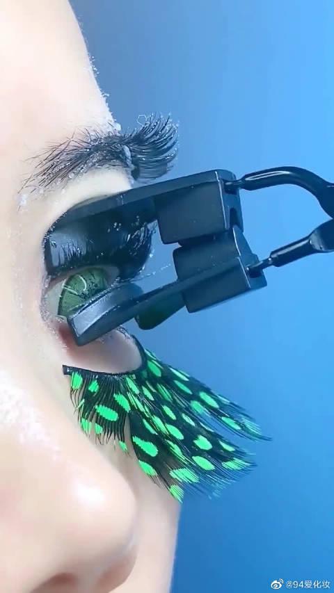 """用""""绿孔雀""""做的假睫毛,老板是多爱冰,连眼睛都要冻一下!"""