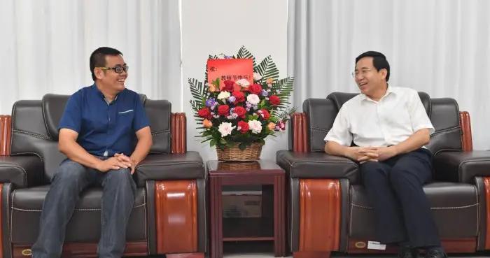 黄海昆白松涛等市领导看望慰问教师代表