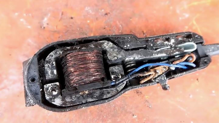 老外捡回二十多年前的理发器,修修还能用,不怕扯头发?