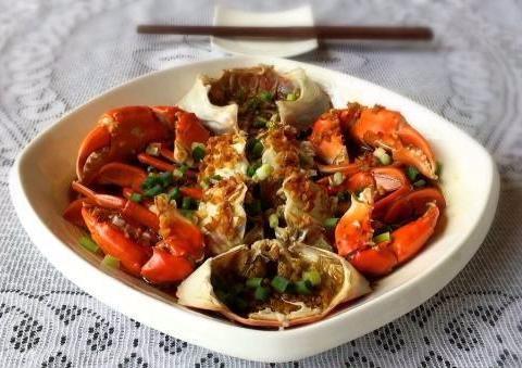 美食精选:蒜香炒花甲、清蒸螃蟹、肉丸粉丝汤、卤猪脚