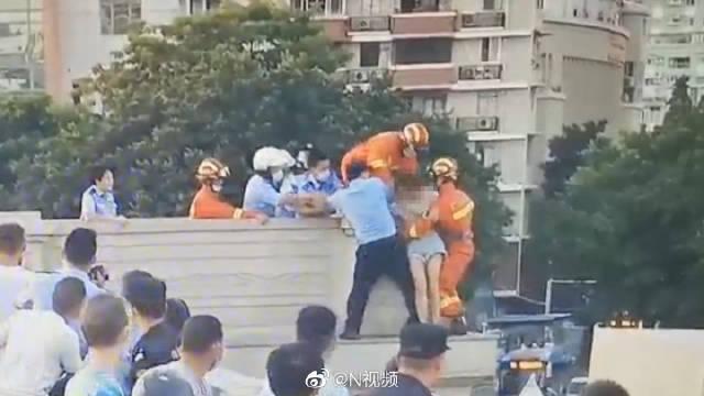 广州一女子坐大桥栏杆外情绪激动要跳桥……