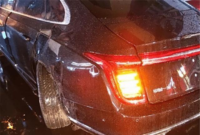 红旗H9与奔驰相撞完成首撞,看到车损后,网友:替奔驰捏把汗!