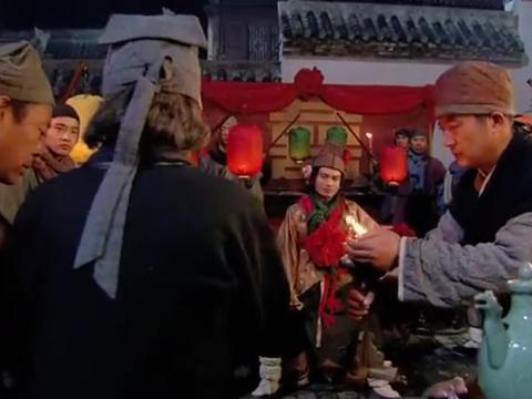 新水浒传:周通无愧小霸王之名,到刘庄霸气迎亲,怎料被打惨了!