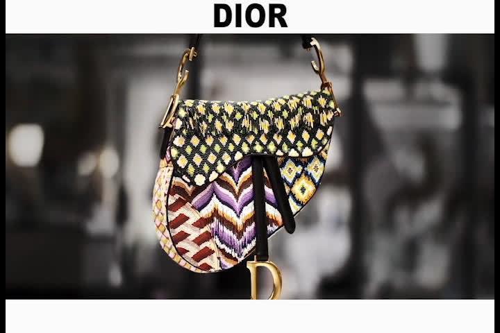 彩色的钉珠,条纹状的斜纹软昵,拼接在一起,奢华又高级