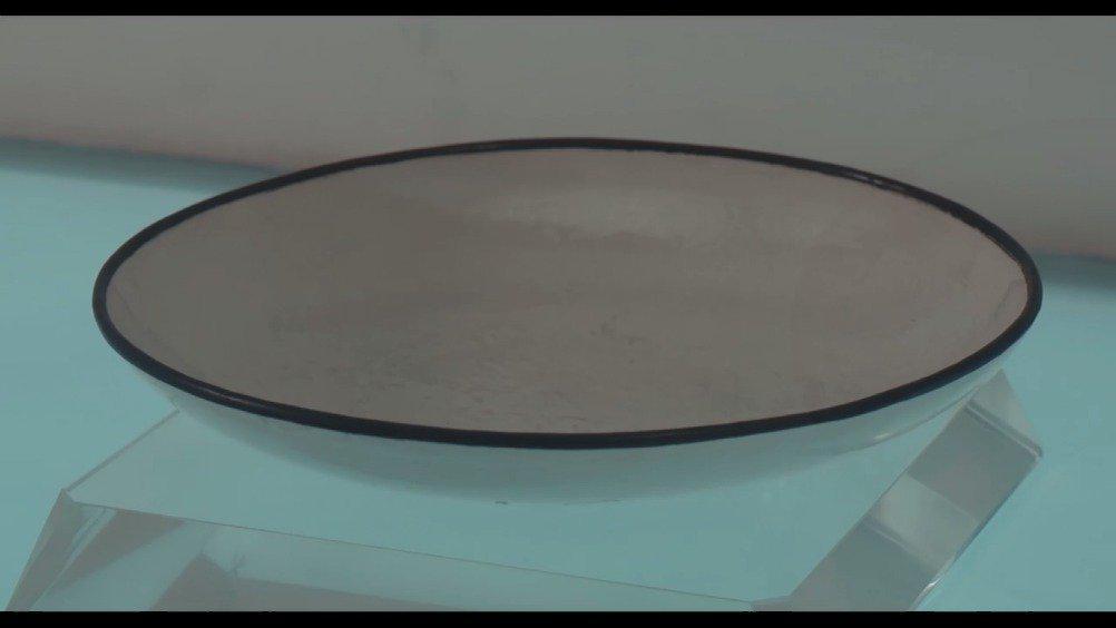北宋 定窑白釉印花卉纹盘。 定窑以白釉印花器闻名于宋代