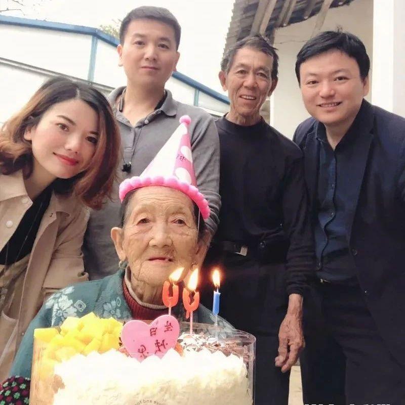 担心儿子,湖南百岁娭毑95岁时学会用手机!母子在黑麋峰相依为命!幸好一群长沙好人……
