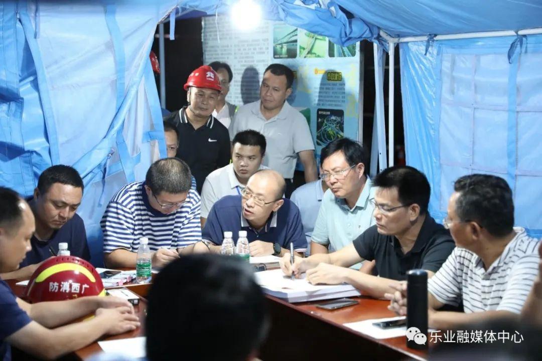 自治区专家组现场研究制定救援方案
