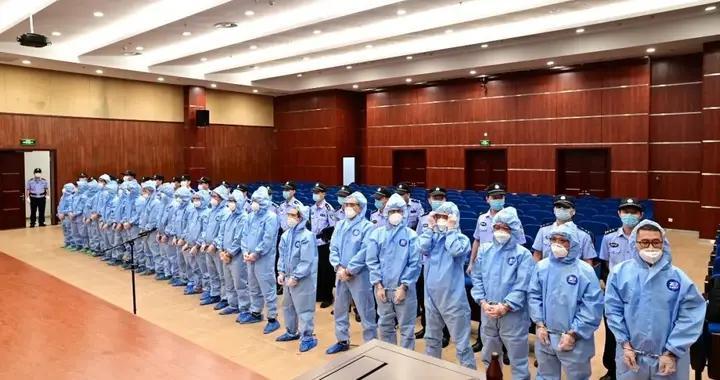 穿防护服的被告人站了一大排!温州被诉人数最多走私柴油案宣判,偷逃税5.37亿