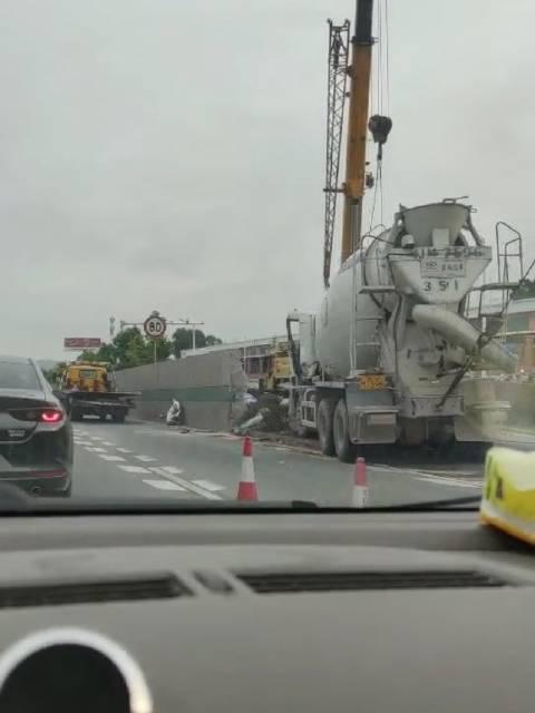 江门大道往鹤山方向发生事故,一辆水泥搅拌车在出口撞上围栏