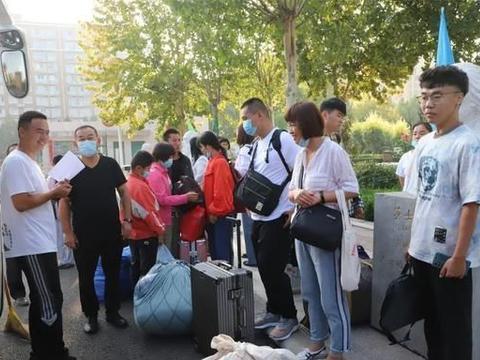 郑州大学招生办副主任许立敏一行3人亲临范县一中迎接大一新生