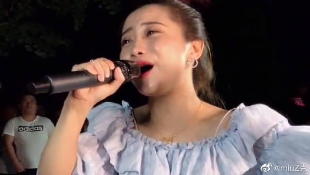 民间姑娘翻唱《又见山里红》,果然是老歌,怎么听都不腻!