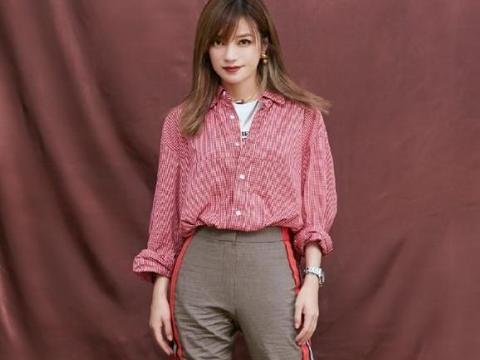原形毕露:赵薇越来越嫩,穿红色格纹衬衫搭中筒靴,帅气又迷人