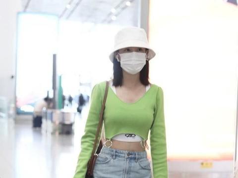 李沁身材真是好,亮绿色上衣现身,时髦又抢镜极了!