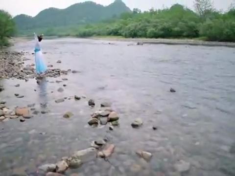 轩辕剑之汉之云:端蒙在河边练习舞蹈,焉逢前来看望