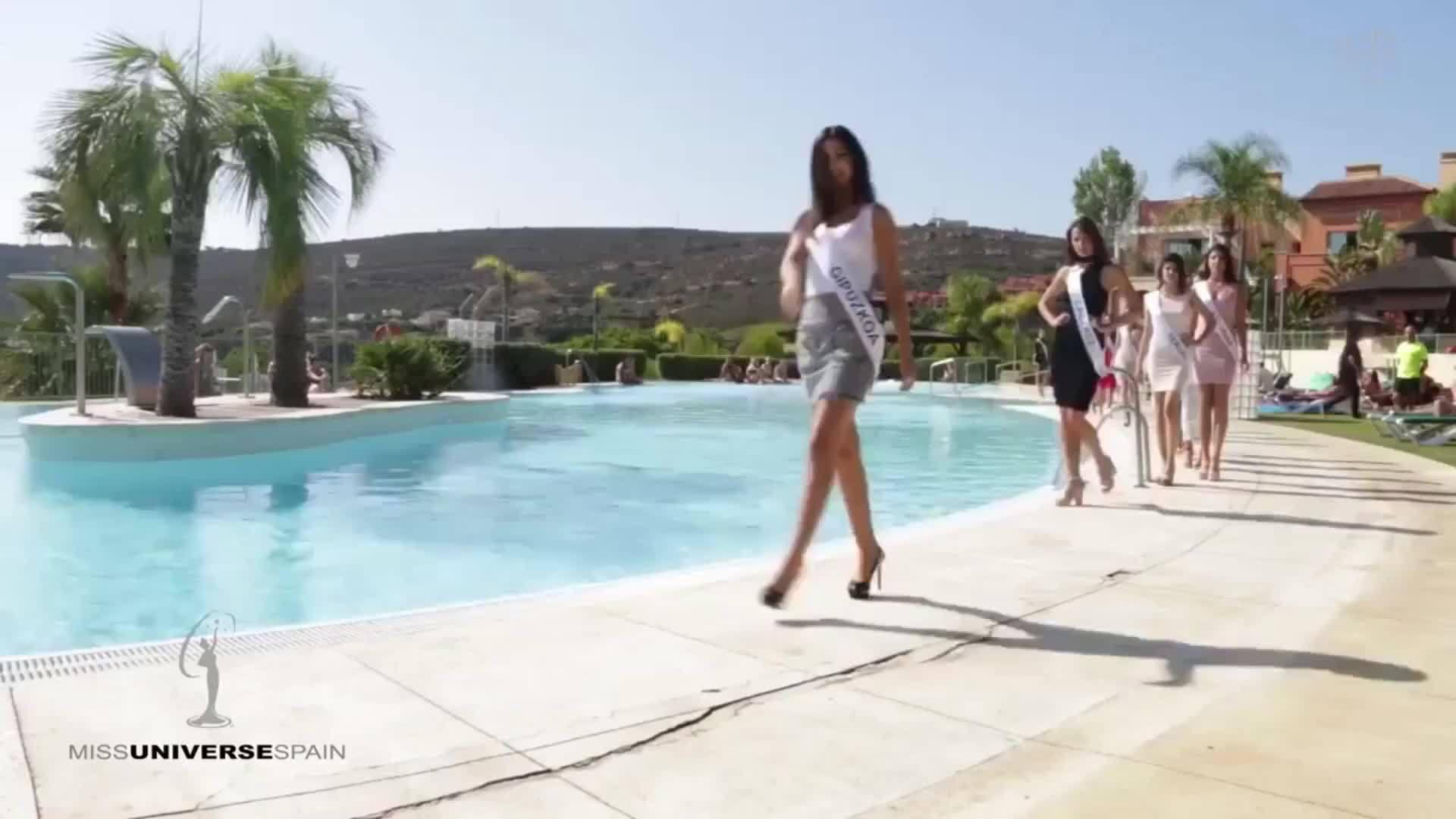 美丽的环球小姐泳池边走秀遇尴尬……