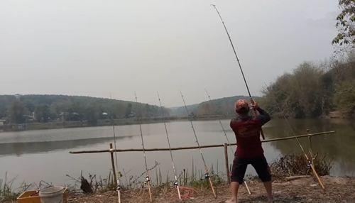 一人用7根鱼竿,钓上一条大白鲢鱼,让人眼红