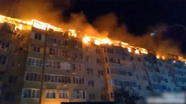 一片火海!俄罗斯一公寓凌晨突发大火 整个顶层被火吞噬浓烟滚滚