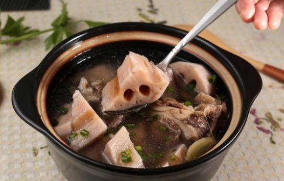 做排骨莲藕汤时,别直接焯水,学会这个做法,汤浓藕粉,特别好吃