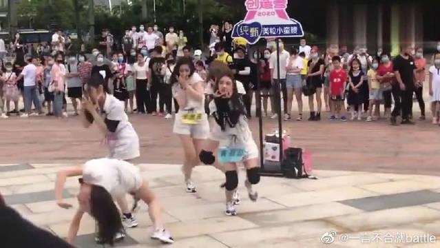 来感受男粉的热情!希林娜依高、王艺瑾表演《Manta》