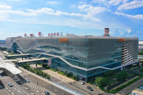 <strong>美兰奥特莱斯很亮 中国机场站前的综合业</strong>