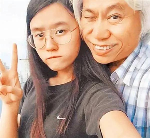 """因""""爷孙恋""""走红的17岁女孩林靖恩,时隔7年,今已失去纯真笑容"""