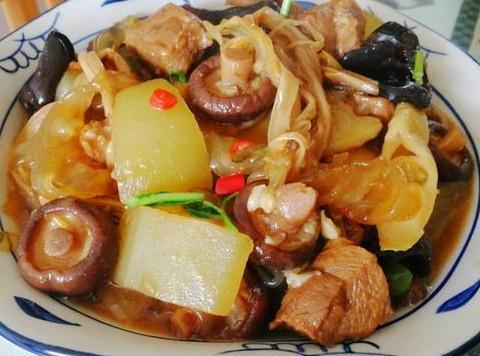 家常冬瓜什锦菜炖肉,食材加入香茹春笋木耳,营养均衡