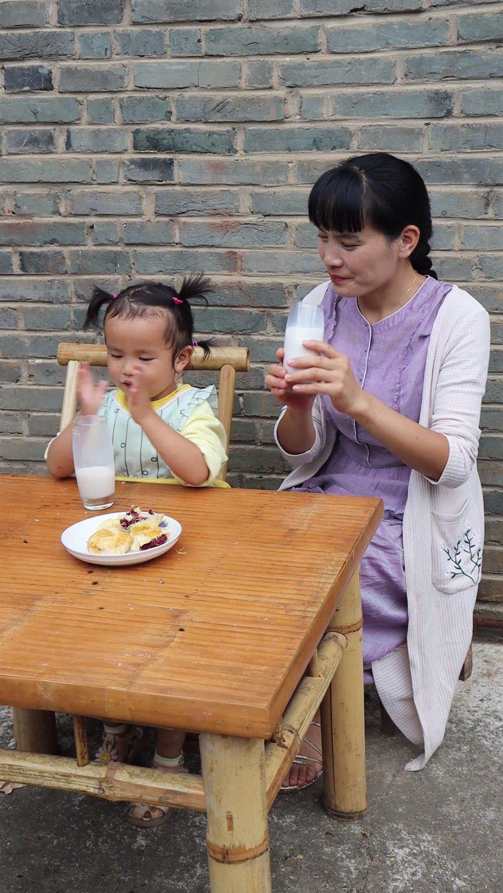 新鲜核桃成熟了做成核桃乳孩子真的很爱喝