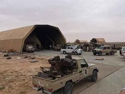 废弃40年军火库被找到!60辆坦克加油就能跑 飞毛腿导弹塞满洞库