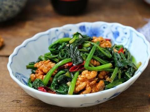一把菠菜一把核桃仁,简单拌拌就上桌,爽口开胃有益头脑,要常吃