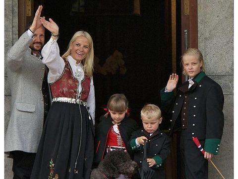 挪威王妃非婚生子被雪藏,24岁成金发帅气男孩,曾享受王子待遇