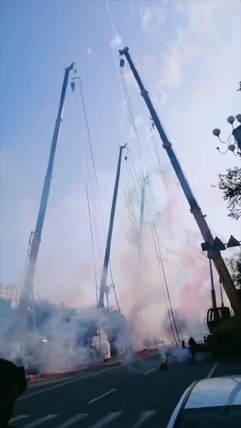 9月13日,锦州一 在道路两侧两两相对呈拱形摆开燃放