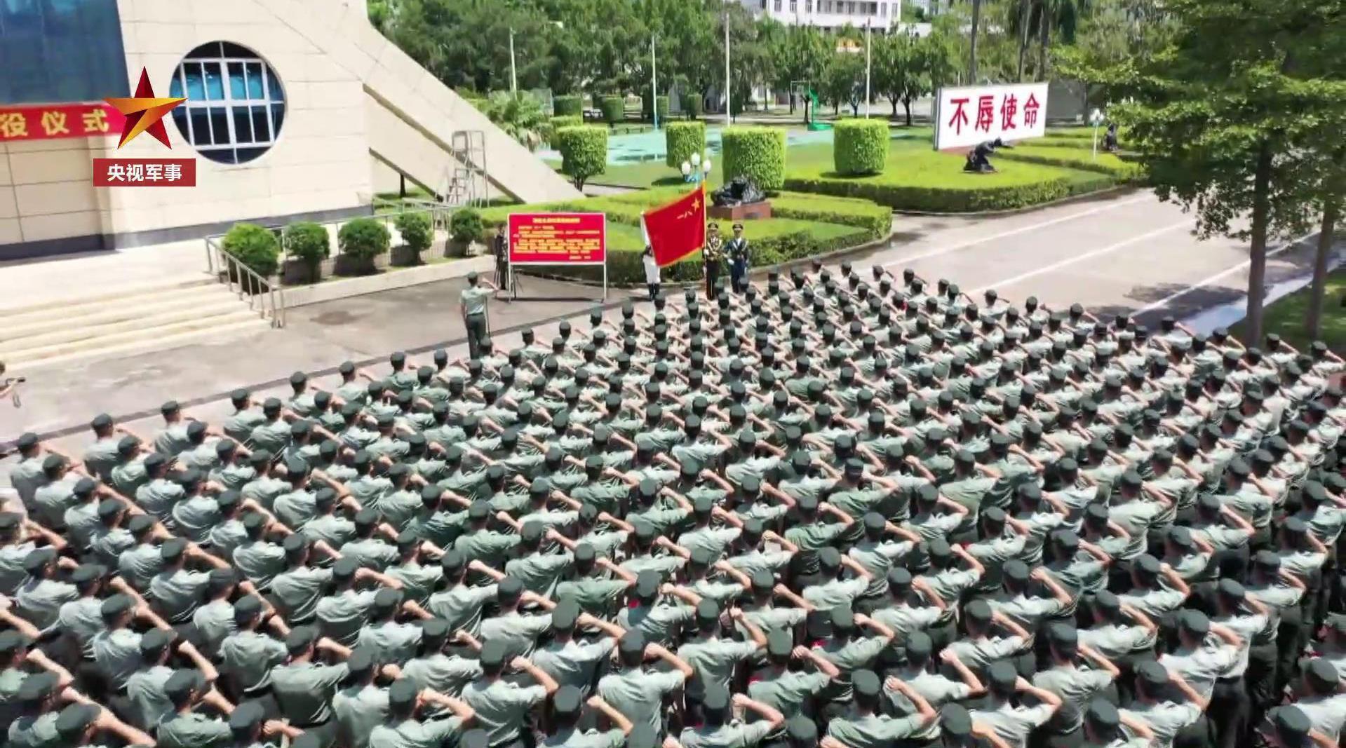 驻港部队退役老兵告别军旗