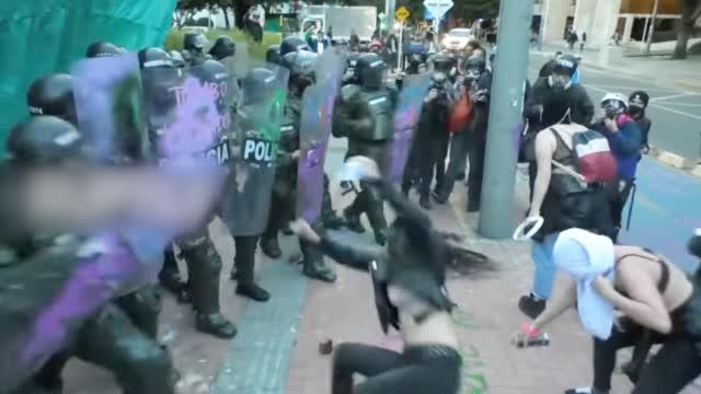 13死数百人伤! 哥伦比亚抗议活动加剧 现场人群向防暴警察进攻