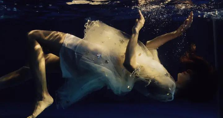 梦幻少女水下写真,他拍出少女的灵动与轻盈