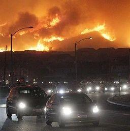 """洛杉矶市长反驳特朗普对山火看法:""""这是气候变化"""" 不仅仅是森林管理问题"""