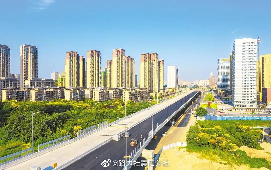 襄阳 襄阳首条城市快速路东西轴线摊铺沥青