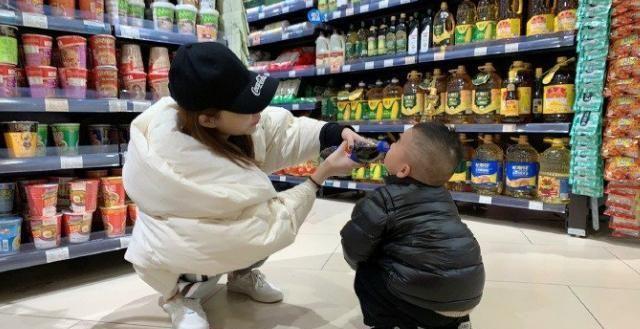 孩子被怀疑偷拿东西,工作人员要求搜身,妈妈的话让工作人员放行
